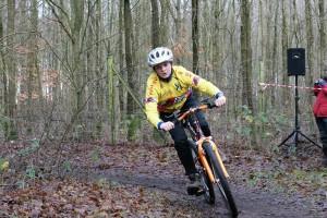 Es muss kein eigenes Rennrad sein - auch mit Mountainbikes kann man hervorragend trainieren