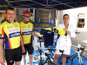 268,17 Kilometer in vier Stunden - Dirk Kayser, Helmut Vonderbank und Julia Kotte freuen sich über die gelungene Aktion.