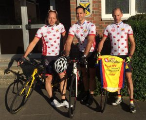 Die drei Post SV-Fahrer Hinnerk Behn, Manuel Reinke-Guevarra und Stefan Seyffert (v.l.) mit ihren Finisher-Trikots vom wohl schwersten Radmarathon Europas.