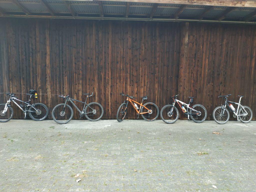 Mountainbiker und Rennradfahrer friedlich vereint :-)